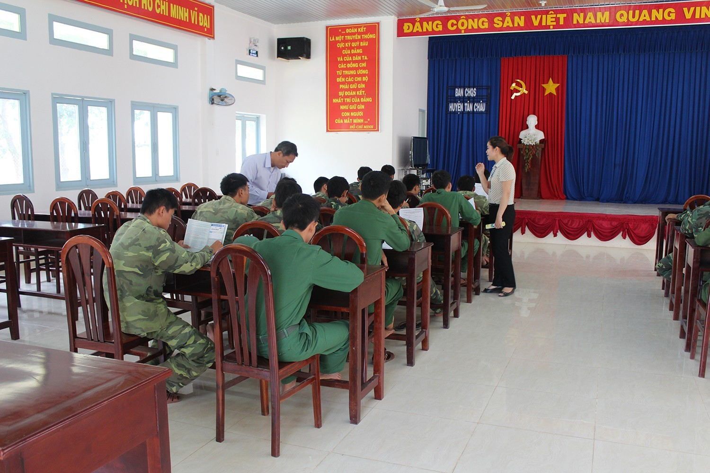 Cán bộ tuyển sinh tư vấn trực tiếp cho các chiến sĩ.